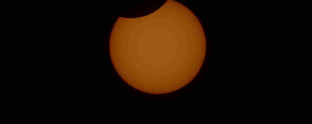 El sol eclipsado y eyecciones